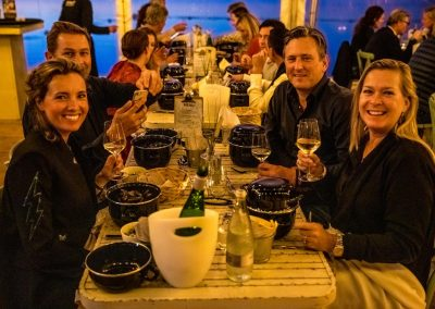 16. Mosseldiner 2019_tafel met mosselpannetjes en proosten